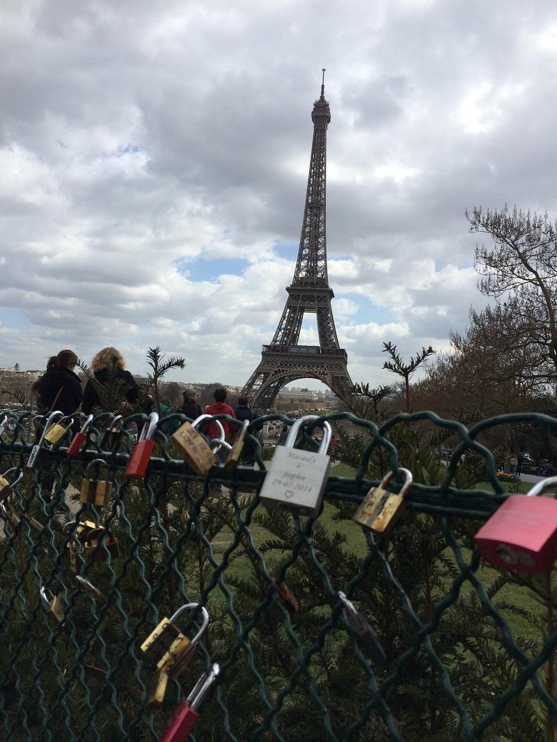 从夏佑宫的高台观赏巴黎铁塔,连<<花样爷爷>>的宣传照